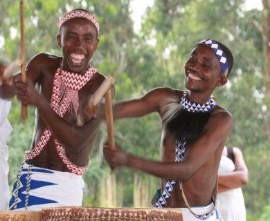 dansende mensen rwanda en oeganda